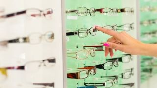 Read our Eyeglass Store Buying Guide from the experts at Consumer Reports you can trust to help you make the best purchasing decision.