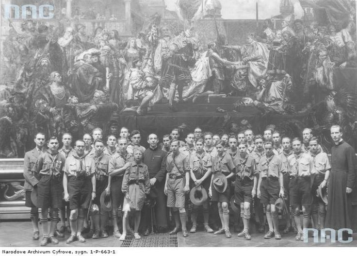 "Skauci francuscy na tle ""Hołdu pruskiego"", 1934 / French Scouts infront of ""The Prussian Homage"", 1934"