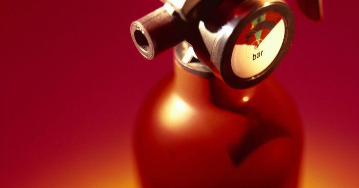 Cómo iniciar un negocio de recarga de extintores. La Administración de Seguridad y Salud es responsable de asegurar que las empresas se adhieran a la seguridad contra incendios en el lugar de trabajo. Además de los reglamentos de la cantidad y ubicación de los extintores portátiles por pie cuadrado, las empresas pueden ser obligadas a tener inspecciones anuales, realizar controles periódicos de ...