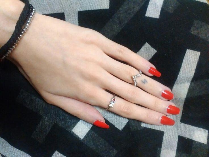 Prodám dva nastavitelné prstýnky ve zlaté barvě, midi prstýnek. Bižuterie. Nevyužiji.  + 45,- doporučené poštovné Nebo +20...
