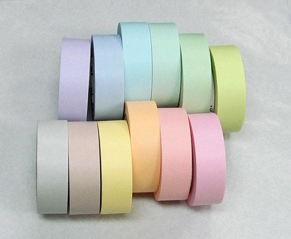 Un conjunto completo de 12 japonés Washi Masking cintas en hermosos colores pastel. La cinta adhesiva es el única que puede ser tirado encendido y apagado varias veces y no deja lágrimas de papel o residuo. Una manera perfecta y divertida para adornar cualquier regalo, bolso del almuerzo, revista o libro de recuerdos. También se puede utilizar como etiqueta o elemento decorativo en cualquier cosa, se puede escribir en esta cinta, pegarlo sobre bolsas de plástico, de papel o cajas... Estoy…