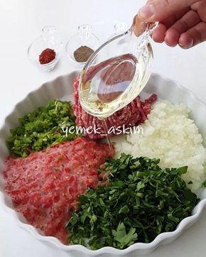 Hayırlı geceler 😊 o kadar mükemmel ki yoğun istek üzerine iki gündür yapıyorum😋 lezzetine asla inanamıyacaksınız 😍 tam kıvamında bir tarif YUFKADA FINDIK LAHMACUN 2 adet yufka 250 gram kıyma 2 adet soğan 4-5 adet yeşil biber 3 adet domates Maydanoz Tuz ve baharat Yufkaların arasına sürmek için Yarım çay bardağı sıvıyağ 1 çay bardağı su Kıymayı, doğradığımız sebzeleri tuz ve baharatları ekleyip karıştıralım. Yufkayı serelim ve sıvıyağ ve su ile hazırladığımız karışımı sürelim ikinci