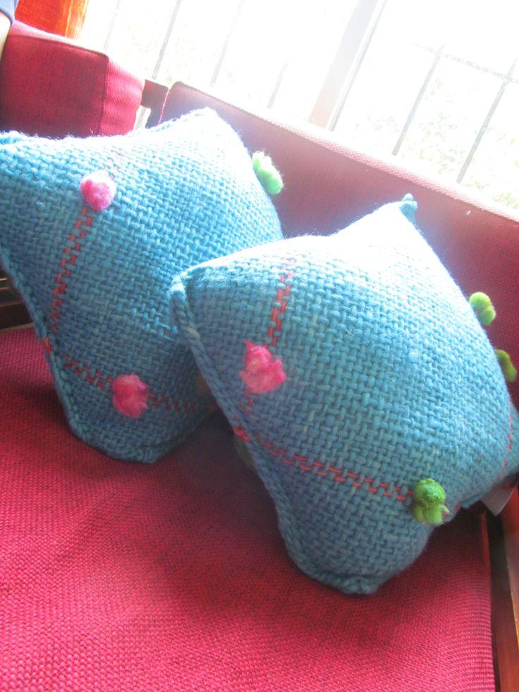 Cojines tejidos a telar lana natural y fieltro.