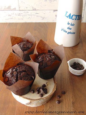 Magdalenas de chocolate y pepitas de chocolate (con aceite y yogur griego).