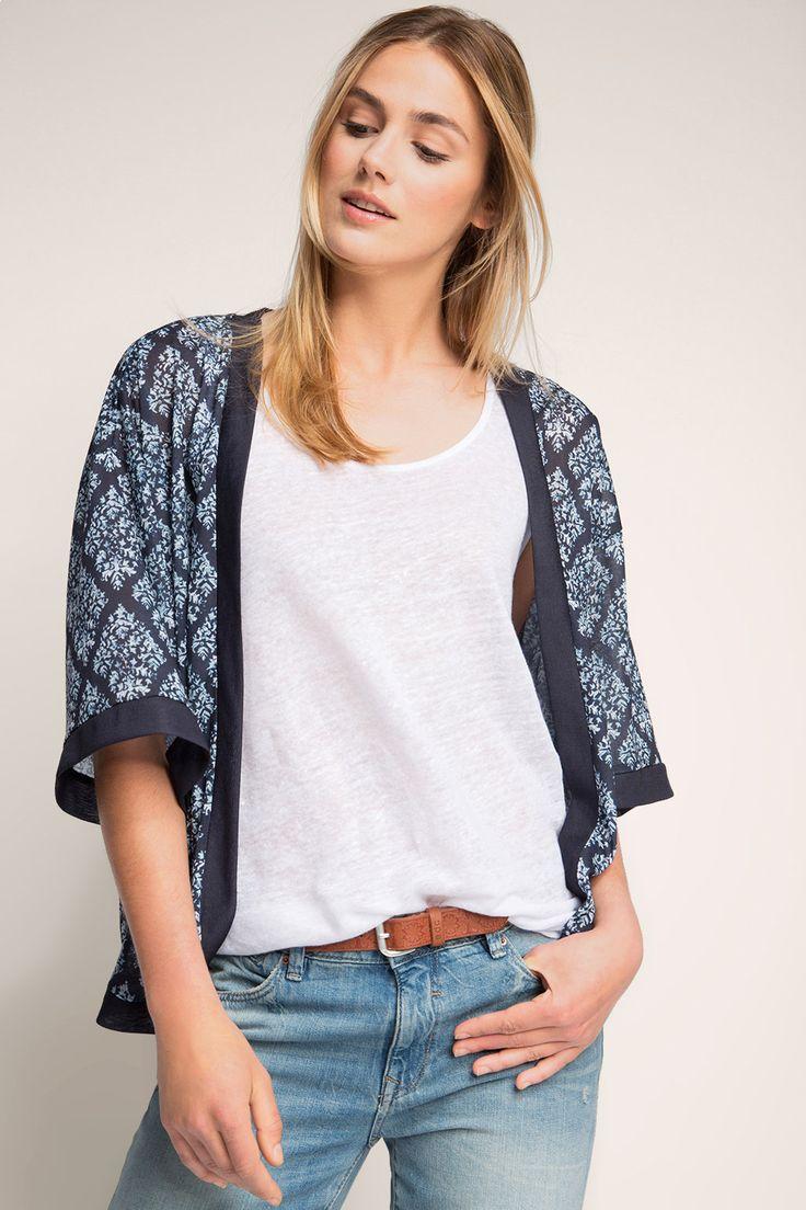 Informacja o rozmiarze:  -Długość pośrodku tyłu w rozmiarze L:  ok. 63 cm (może się różnić w zależności od rozmiaru)  Szczegóły:  -Modna kurteczka z jerseyu o pudełkowym, krótkim kroju w modnym stylu kimona będzie idealnym dodatkiem do klasycznej bluzki i ulubionych dżinsów. -Prosty fason bez zapięcia i szerokie rękawy do łokci podkreślają swobodny styl kurtki. -Dekoracyjny wzór i szerokie, jednokolorowe obszycie przy brzegach podkreślają typowy styl kimona.