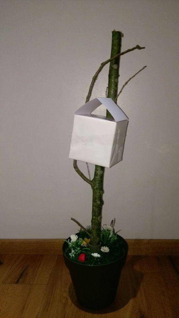 3. Van de kartonnen doos wordt thuis een boomhut geknutseld. De boomhut kan verder verfraaid worden met materialen als vilt, plastic, verf, kurk, zoute stokjes of boomschors. * I.v.m. vocht in de kerk kunnen geen papieren materialen als karton of crêpe papier gebruikt worden (tenzij gelamineerd, of voorzien van plakband). Denk voor alternatieven aan vilt, plastic, verf, kurk, foam of hout.