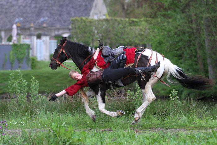 Emma en Golden Zippo - fotoshoot thema kozakken voltige door E-horse Equine Photography