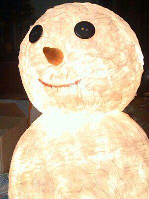 """Questa lampada esiste in mille versioni in rete. Carta pesta e lucine a led.  La mia evoluzione è stata mettere un naso-carota con l'""""Happy-mais"""" e l'interruttore per accenderla. Avrà 3 anni, ma i miei figli la adorano."""