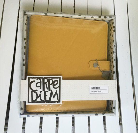Carpe Diem Posh Planner door eenvoudige verhalen, A5, Goudsbloem, 6 Ring Split leder Planner, 4 interieur zakken, 2 zijzakken
