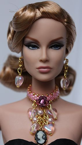FASHION ROYALTY....Love the detail in the jewelry
