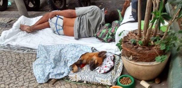 """""""Ele tem tratamento VIP"""", diz mendigo que faz cama para cão dormir no Rio"""