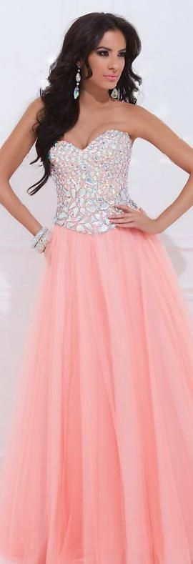 Our Prom Dresses collection offers re-envisioned mermaid skirts, floral prints and high style tulle overlays on pants and short skirts. We have added accents to two piece dresses, fitted minis with ruffles, long sleeves, short sleeves and sleeveless.
