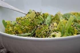Broccoletti met zoete tahin recept uit Plenty More Gisteren besprak ik op BoonBlogt Plenty More (Yotam Ottolenghi, Fontaine Uitgevers) : http://boonappetit.nl/content/index.php/entry/meer-groente-gaan-eten-gaat-vanzelf-met-plenty-more-1 Vandaag een recept uit dit boek voor een heerlijke bereiding voor broccoli. Ik ben dol op broccoli. Mijn gezinsle...