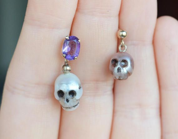 This is a 9k gold vintage single earring with large white real pearl and amethyst gemstone. I have carved the pearl into skull shape to make this a unique third earring. Fits nicely with other gold earrings, amethyst earrings, pearl earrings and others models too. (The other pearl skull