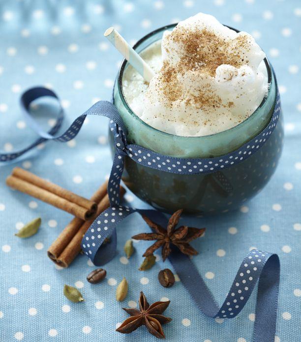 Chai latte er en skøn variant af den oprindelige indiske chai te. Du kan købe lækre chai latte, der kun skal tilsættes vand eller mælk, eller du kan lave din egen. Få opskriften på chai latte her.