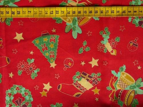 Kerst - Katoenen stof met een print van kerstboompjes, -sokken, kerstkransen, klokken, ... op een rode achtergrond