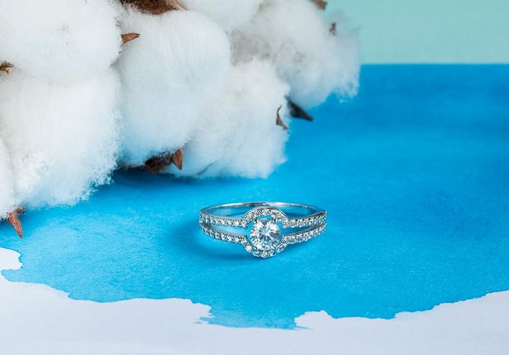 Zásnubní prsten osázený diamanty.  #klenotnictvipraha #zlatnictvipraha #sperky #prsten #zasnubni #snubni #wedding #engagement #diamant #diamantes  #diamond  #bluediamond  #luxus  #luxury #willyoumarryme  #bridetobe  #darecek  #proradost  #knarozeninam  #fashion  #kvyroci #zlato #gold #whitegold #bilezlato #svatba #zasnuby #rings #moda #klenotacz