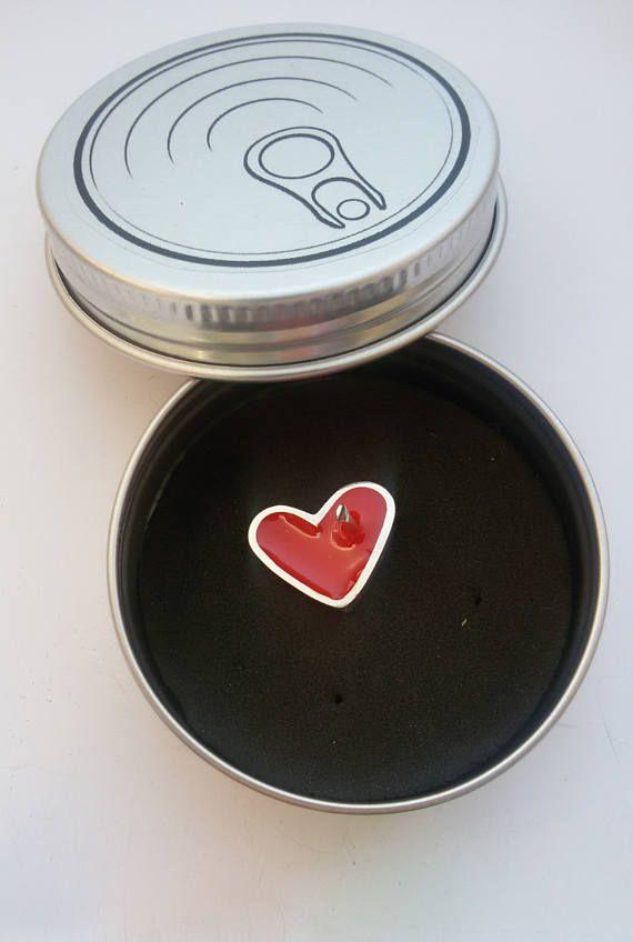 Pin en forma de corazón con esmalte rojo y tocado por una flecha. Un regalo ideal para tu pareja o para ti mismo. Realizado a mano y en plata. Posteriormente esmaltado. Todas mis joyas van envueltas en mi lata de Plataenlata