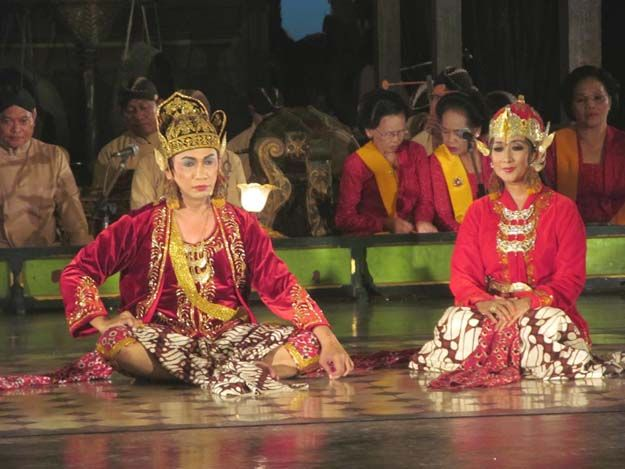 Langendriyan, Surakarta, Indonesia. Pertunjukan drama tari & dialog tembang, dengan posisi jongkok.