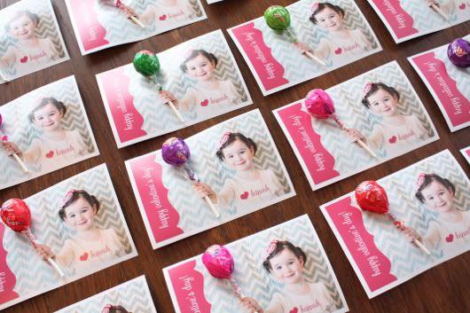 ~Gaaf idee voor uitnodigingen met prikker en ballonnetje of lollie in hand~