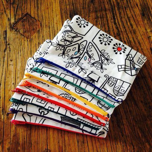 Petites trousses colorier avec du tissu ikea pour les for Petites baignoires ikea