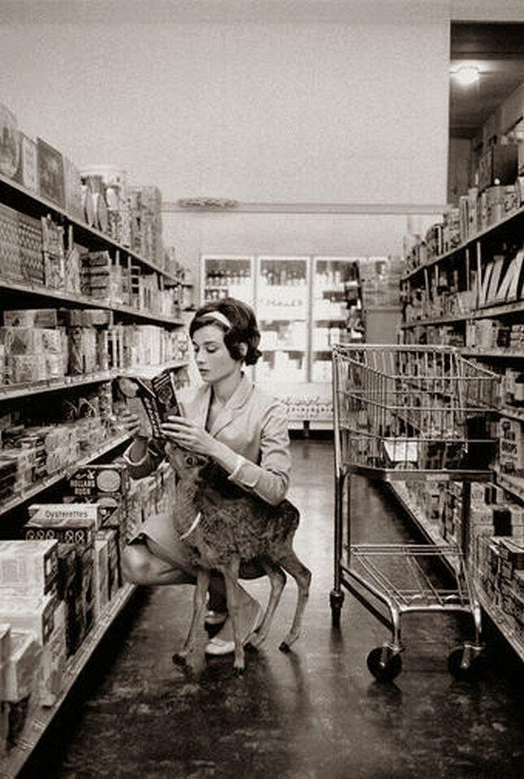 Η Όντρεϊ Χέπμπορν κάνει τα ψώνια της μαζί με το κατοικίδιό της, ένα ελαφάκι, ονόματι Ιπ στο Μπέβερλι Χιλς, Καλιφόρνια το 1958