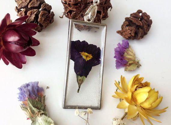 colgante de flor morada colgante hecho con desierto flor