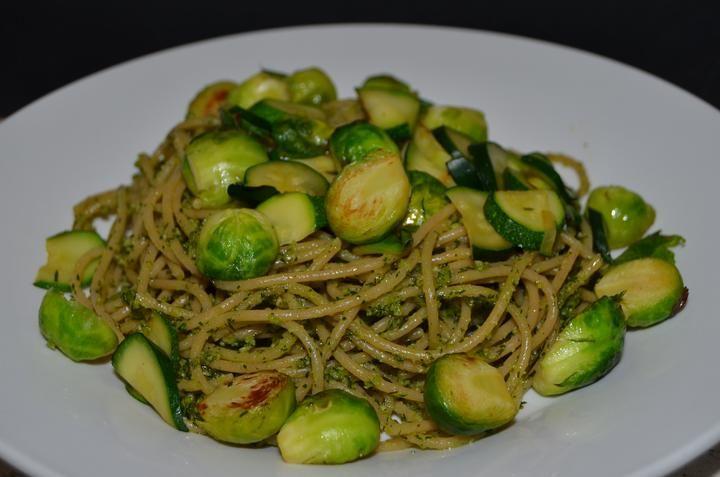 Celozrnné špagety s vegan koprovým pestem, opečenými kapustičkami a cuketami