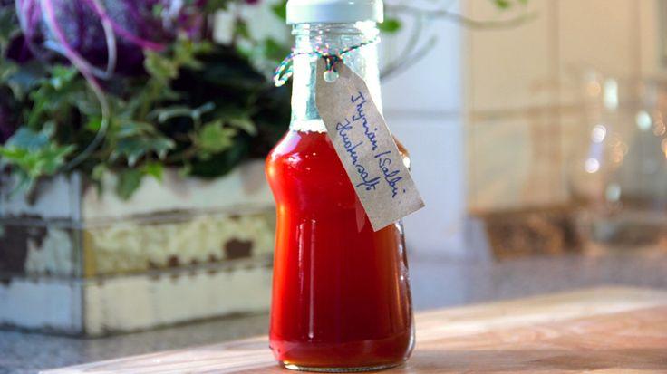 Herbstzeit ist Erkältungszeit. Für den selbst gemachten Hustensaft braucht man Zwiebeln, Thymian und Salbei. Brauner Kandis macht das Ganze schmackhaft.
