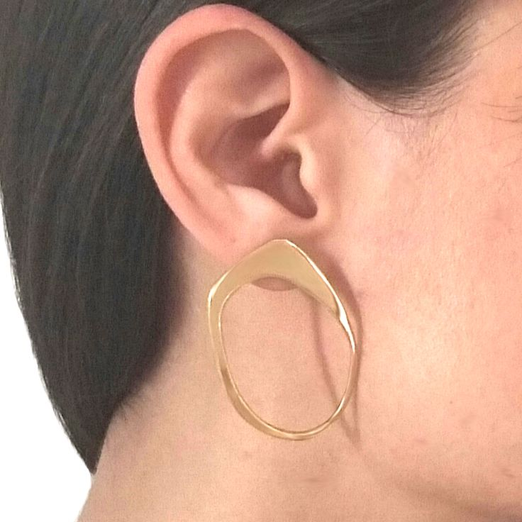 The halo trend earrings in brass metal! Modernism is a way of life!
