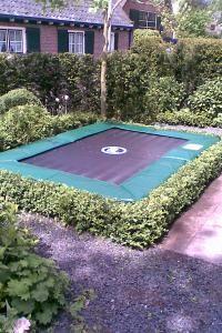 Hoe werk je een trampoline weg? Met mooie heg...