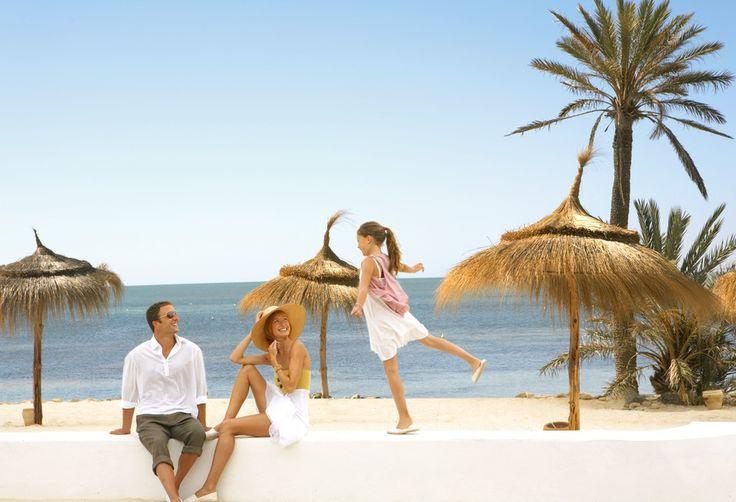 Tunisie - Djerba la Douce  Sur l'île de Djerba, près de Houmt Souk, le Village mythique de Djerba la Douce bénéficie d'un soleil constant, d'une mer d'un bleu éclatant et d'une longue plage bordée de cocotiers.