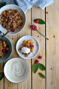Crumble cru de pêssegos e framboesas Crumble cru de pêssego e framboesa Serve 4-6 pessoas  ¼ chávena (25g) de aveia em flocos ¼ chávena (30g) de sementes de girassol ¼ chávena (25g) de coco ralado 2 colheres de sopa de manteiga de amêndoa 8 tâmaras, sem caroço Uma pitada de sal  4 pêssegos maduros ½ chávena (125g) framboesas 1 colher de sopa sumo de limão 1 colher de sopa de xarope de arroz (ou maple syrup) ¼ colher de chá de canela em pó ½ colher de chá de essência de baunilha
