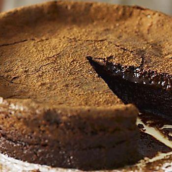 La torta al cioccolato con cuore morbido è il dolce veloce ideale in caso di ospiti inattesi. In particolare i dolci al cioccolato rappresentano senza alcuna ombra di dubbio il miglior modo per concludere un pasto, per iniziare la giornata con una colazione che fornisca la giusta energia, per accompagnare un tè a merenda o come  … Continued