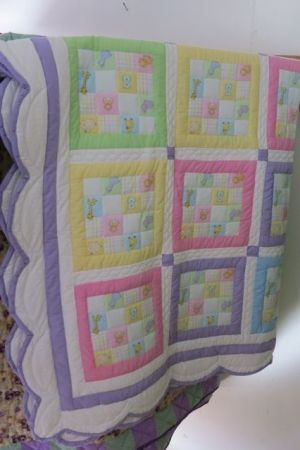The scalloped edge on this quilt is so pretty! Beautiful for a little girl's bed