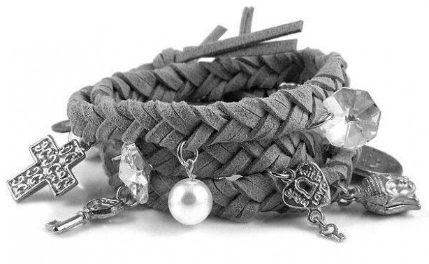 Nodig: platte suède of leren touwtjes en bedels. 3 stukjes touw en leg er n knoop in. Begin met vlechten. Af en toe rijg je een bedel aan één van de stukjes touw.  Het mooiste is als je armband ongeveer 3 of 4 keer om je pols kan wikkelen. Leg een knoop in de uiteinde en knoop de armband om je pols.