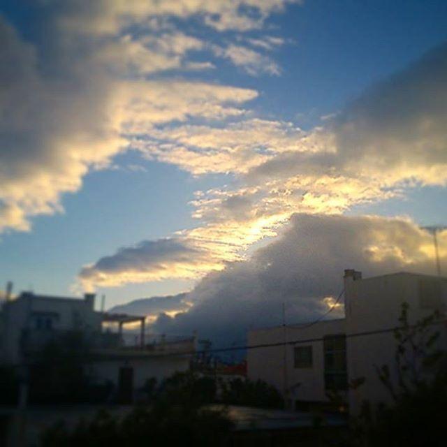Κάποιες μέρες ακόμα και ο ήλιος δυσκολεύεται να σηκωθεί το πρωί... #sunrise #sunrisebehindclouds #cloudysunrise #goodmorning #clouds #cloudstagram