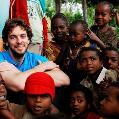 Pau Gasol (star dei L.A. Lakers e argento per il basket a Londra 2012) in Ciad per visitare i progetti UNICEF contro la #malnutrizione e ricordare che nel #Sahel un milione di bambini sono ancora a rischio per l'emergenza alimentare.  Foto: Gasol durante una missione con l'UNICEF in Etiopia nel 2010.