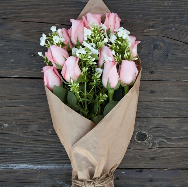 Ways to my heart: flowers wrapped in brown paper. There's something so romantic about them.