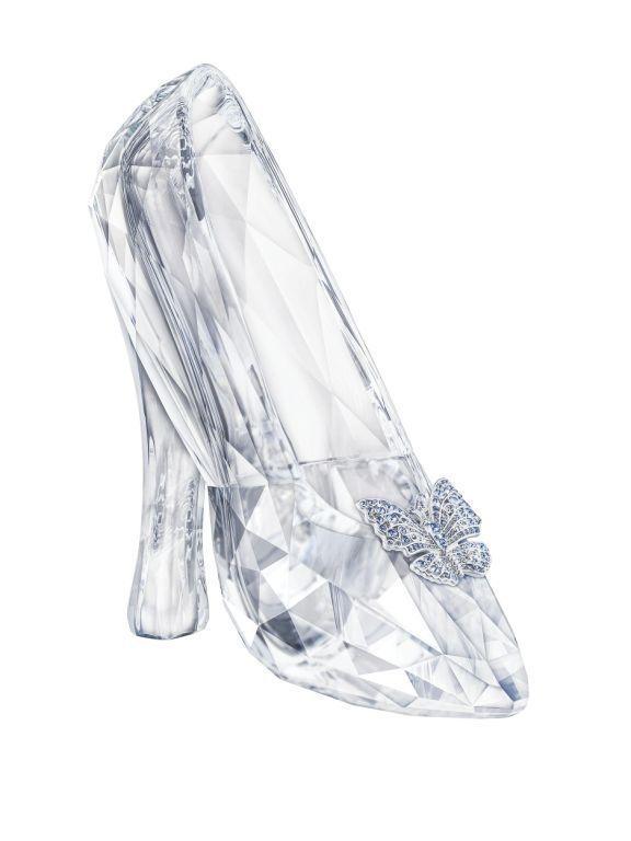 O sapato de cristal da Cinderela: quem trará essa lindeza para cá será a Swarovski, que colaborou com os cristais da marca para recriar o sapato do novo longa da Disney, inspirado no conto de fadas. O sapato é inteiramente de cristal, leva 221 facetas que refletem a luz e apresenta um gracioso detalhe de borboleta prateada. Peça de decoração, se tornou um item de colecionador, de edição limitada com 400 unidades.