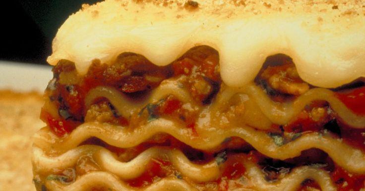 Cómo recalentar la lasaña congelada. Al cocinar lasaña, puede ser una práctica común preparar el plato de pasta al horno en una cacerola grande con suficientes porciones para varias comidas. En lugar de tirar los restos de lasaña después de comer, sin embargo, puedes guardar el exceso durante un período prolongado de tiempo al congelarla. Antes de calentar la lasaña, debes decidir si ...