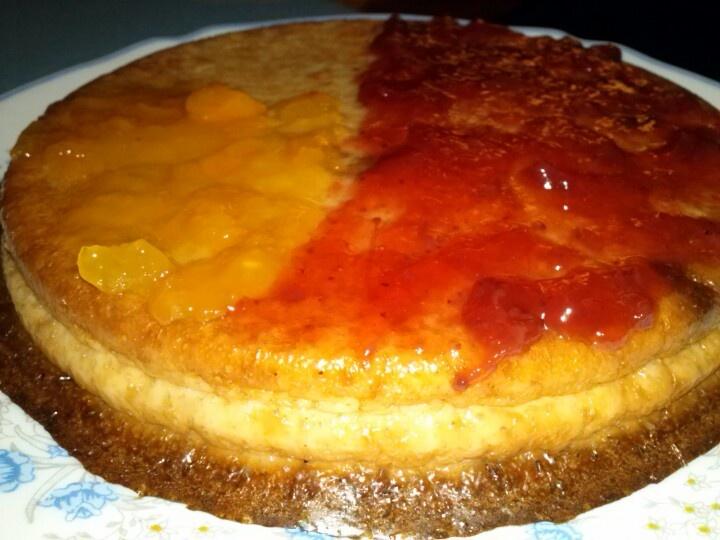 Tarta de queso ligera, con mermelada de fresa o melocotón al gusto!!!  Receta:  2 cd de maicena  3 huevos  2 claras (opcional)  2 yogur 0%  1 cd de sucaflore (rasa)  1 sobre de levadura  6 quesitos light    Todo al vaso de la batidora, y después al recipiente de horno.   Tiempo de cocción: 30 min 180º.