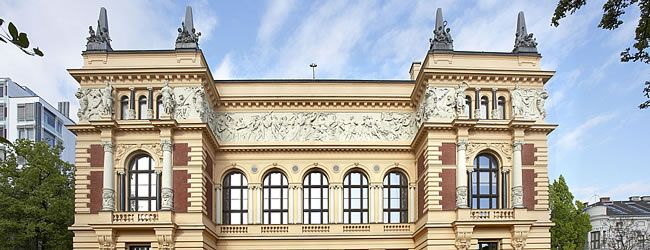 """Oberösterreichisches Landesmuseum - Bereits 1833 als Vereinsmuseum begründet, bekam das Oberösterreichische Landesmuseum erst 1895 sein Haupthaus, das """"Francisco-Carolinum"""", das heute zeitgenössische Kunst mit Bezug zum Bundesland Oberösterreich beherbergt. Landesgalerie Linz © Oberösterreichisches Landesmuseum"""