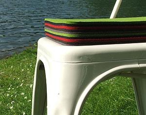 Praktische und wärmende Tolix Sitzauflagen aus Filz mit Tolix Lochmuster für Tolix Chaise A und A56