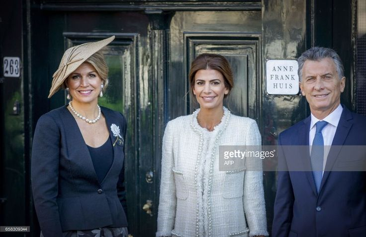 Argentinian president Mauricio Macri (R) , his wife Juliana Awada (C) and Dutch queen Maxima pose in front of the House of Anne Frank in Amsterdam, on March 27, 2017, as part of their two-day state visit to the Netherlands. / AFP PHOTO / ANP / Patrick VAN KATWIJK / Netherlands OUT