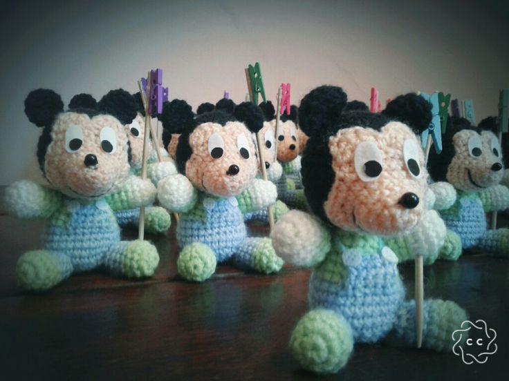 Mickey bebe tejido al crochet con broche de madera ideal para souvenirs