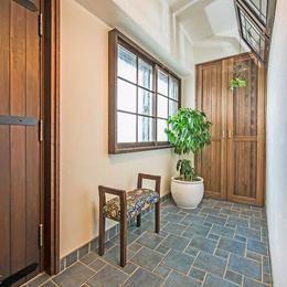 アンティークな大人の空間 マンションリノベーションの部屋 広い玄関                                                                                                                                                     もっと見る
