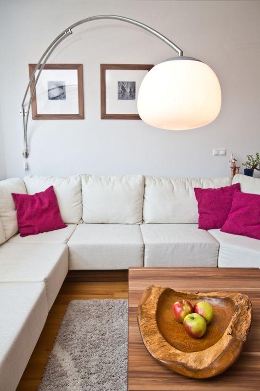Pomocou tienidla zo stolovej lampy a na mieru vyhotovenej konzoly pripevnenej na stenu vytvorili otočné svietidlo.