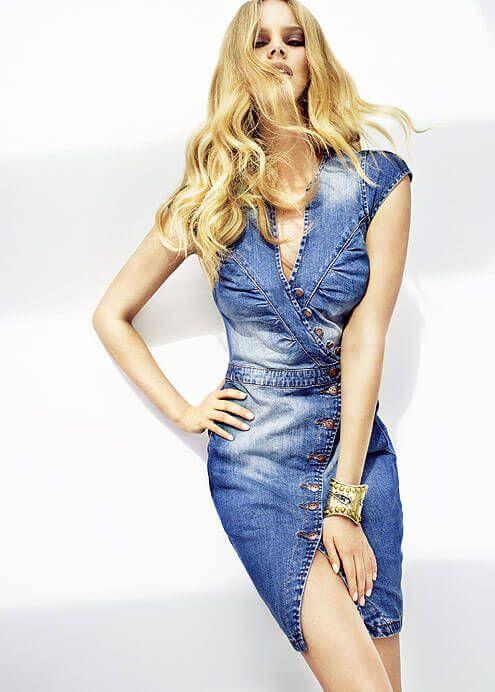 Привлекательное джинсовое платье с пуговицами