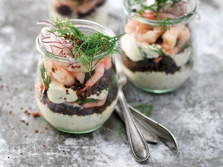 Cheesecake med räkor och kavring i glas | Recept från Köket.se